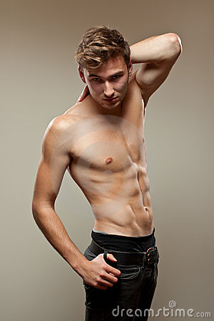 Hombre joven muscular