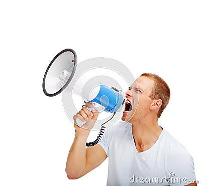 Hombre joven que grita en el megáfono sobre blanco
