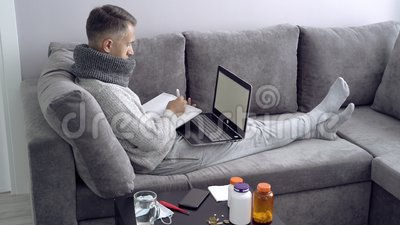 Hombre joven que trabaja de hogar durante enfermedad Educaci?n en l?nea almacen de video