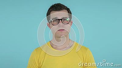 Hombre joven triste aislado en fondo azul metrajes