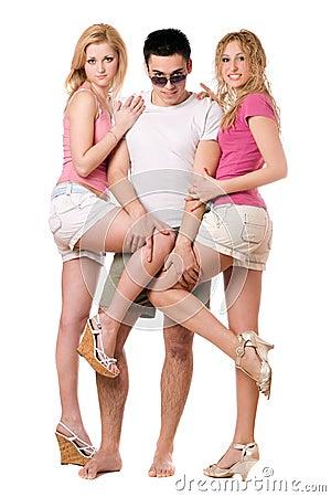 Hombre joven y dos muchachas juguetonas