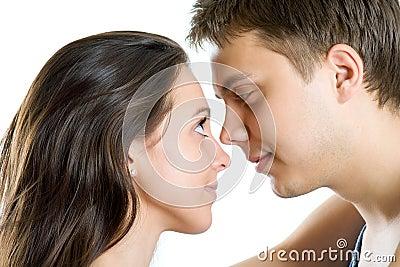 Hombre joven y mujer que buscan dulzura