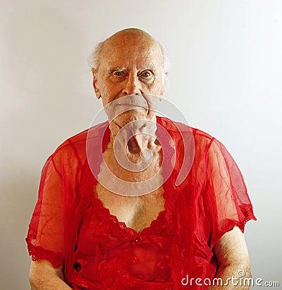 Hombre mayor en ropa interior roja.