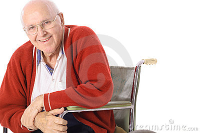 Hombre mayor feliz en sillón de ruedas