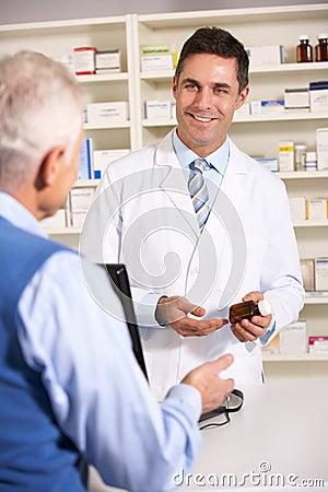 Hombre mayor que habla con el farmacéutico americano