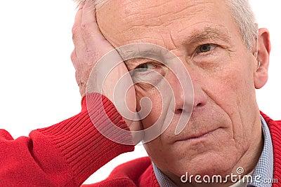 Hombre mayor que mira un dígito binario presionado