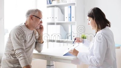 Hombre mayor y reunión del doctor en el hospital 44 almacen de video