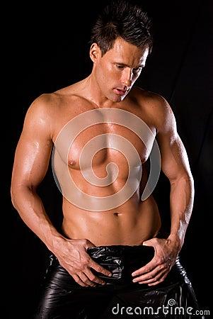 Hombre muscular atractivo.