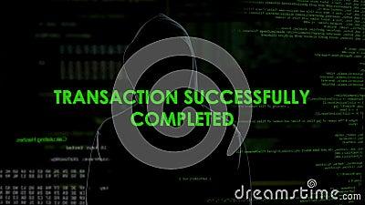 Hombre negro de la capilla que hace la transacción en línea, blanqueo de dinero, fraude financiero almacen de metraje de vídeo