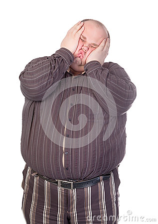 Hombre obeso que aplasta su cara