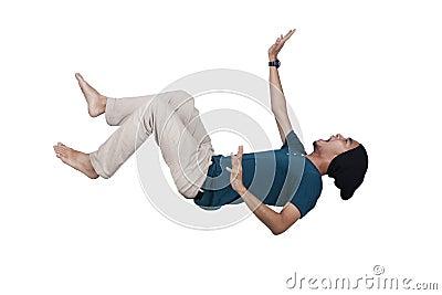 Hombre ocasional que grita y que cae