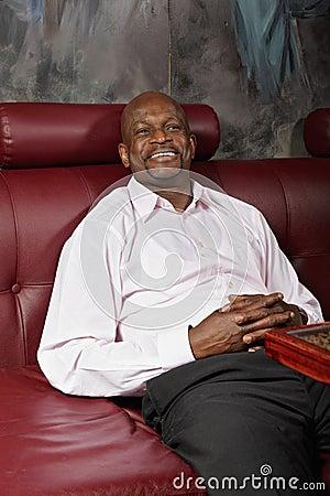 Hombre positivo en el sofá