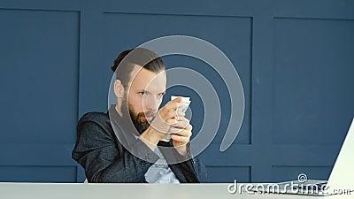 Hombre preocupante codicioso que cuenta el ahorro del dinero de los dólares almacen de video