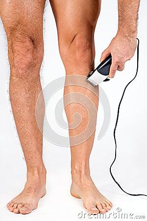 Hombre que afeita sus piernas