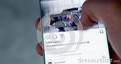 Hombre que comprueba Instagram en Smartphone moderno almacen de metraje de vídeo