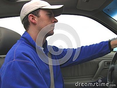 Hombre que conduce el coche