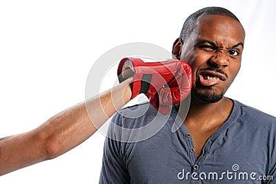Hombre que consigue golpeado en cara