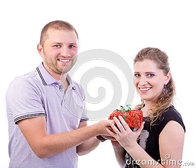 Hombre que da un presente a su novia