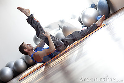 Hombre que hace pilates