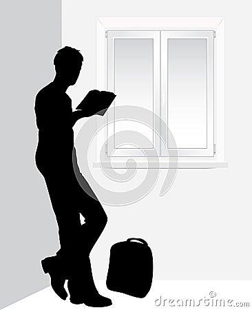 Hombre que lee un libro cerca de la ventana