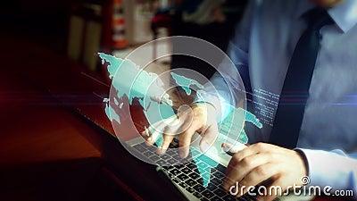 Hombre que mecanografía en el teclado con el holograma del mapa del mundo