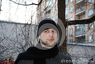 Hombre que mira fijamente
