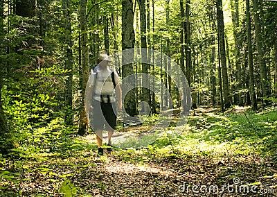 Hombre que recorre en el bosque