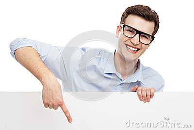 Hombre que señala en el cartel en blanco