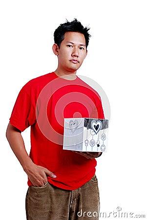 Hombre que sostiene un rectángulo de regalo