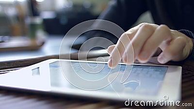 Hombre que trabaja para la tableta