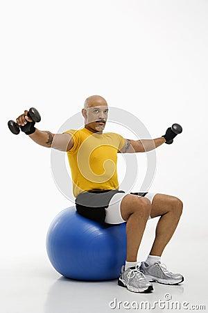 Hombre que usa la bola del ejercicio.