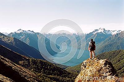 Hombre que ve el lago y las montañas glaciales