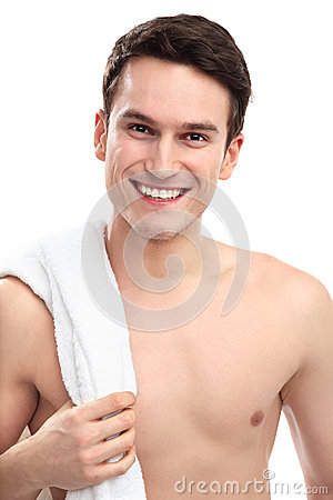 Hombre sonriente con la toalla