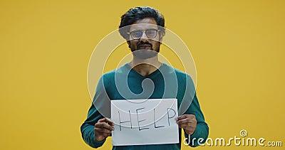 Hombre sujeta el signo de ayuda almacen de metraje de vídeo