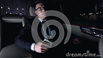 Hombre trastornado después de conseguir el mensaje de texto de mujer, fracaso de la fecha, conducción de automóviles almacen de metraje de vídeo