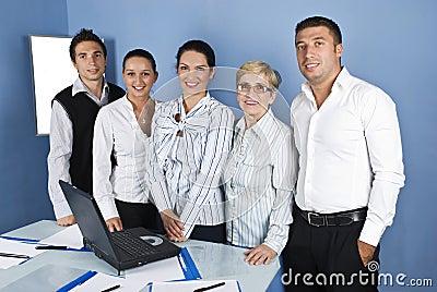Hombres de negocios alegres del grupo en una oficina