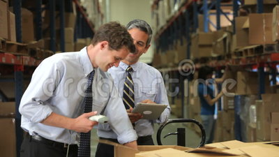 Hombres de negocios con el escáner y la tableta de Digitaces almacen de video