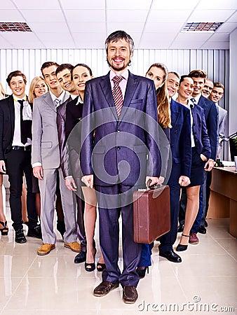 Hombres de negocios del grupo en oficina.