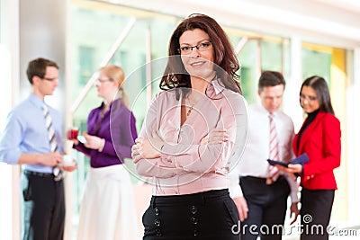 Hombres de negocios o personas en oficina