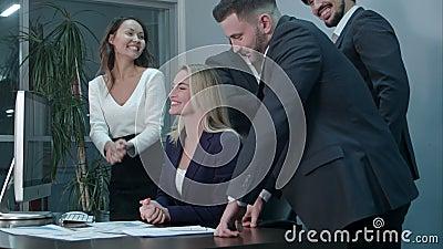 Hombres de negocios que aplauden celebrando éxito en una reunión en la oficina metrajes