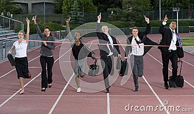Hombres de negocios que cruzan la meta