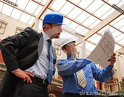 Hombres de negocios que estudian el modelo