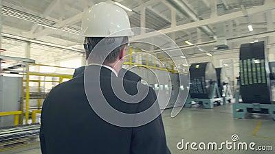 Hombres de negocios que llegan al acuerdo y que sacuden las manos almacen de video