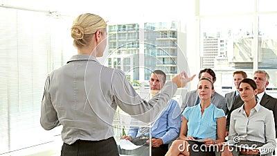Hombres de negocios que llevan a cabo el grado durante la reunión metrajes