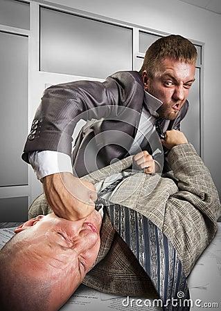 Hombres de negocios que luchan para la firma del acuerdo