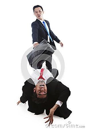 Hombres de negocios que tienen una lucha en blanco