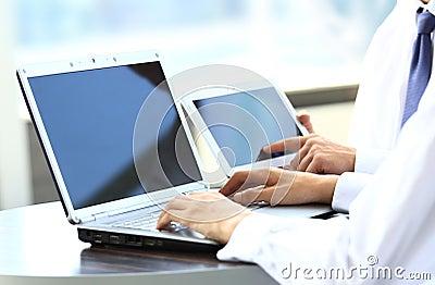 Hombres de negocios que trabajan con la tabla digital