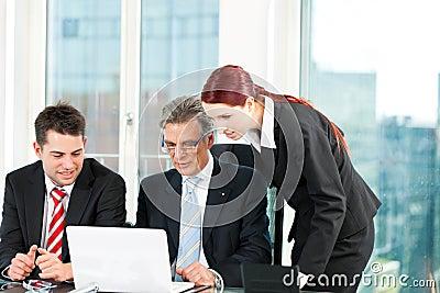 Hombres de negocios - reunión del equipo en una oficina