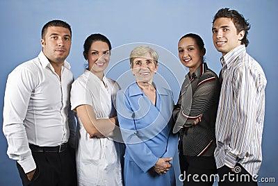 Hombres de negocios sonrientes felices del grupo