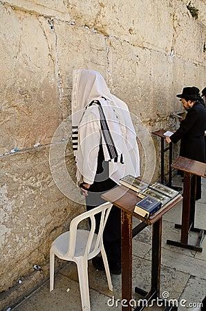 Hombres del judío que ruegan Imagen de archivo editorial